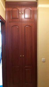 Armario de puertas abatibles con frente clásico Sapeli