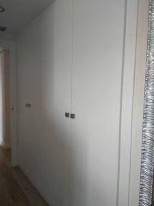 Armario de puertas abatibles de diseño clásico en blanco