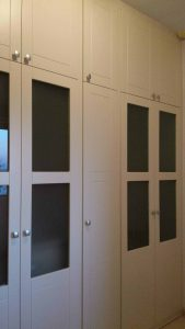 Armario lacado en blanco roto con puertas abatibles
