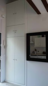 Armario de puerta abatible adaptado a la altura disponible