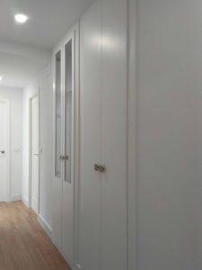 Armario de puerta abatible en blanco