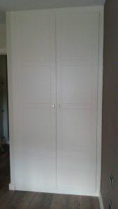 Armario de puertas abatibles con lacado blanco en Sevilla