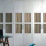 Armario de puertas abatibles con líneas rectas lacadas