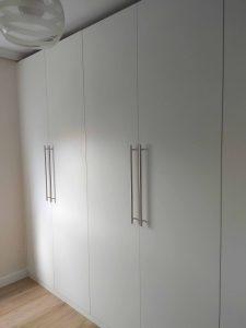 Armario de puertas abatibles con diseño minimalista
