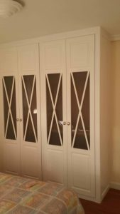 Armario de puertas abatibles con diseño de aspas