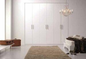 Armario con puertas abatibles con diseño moderno
