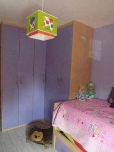 Armario de puertas abatibles en dormitorio juvenil a medida