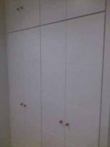 Armario de puertas abatibles con lacado blanco y rayas horizontales
