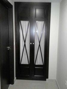 Armario de puertas abatibles con aspas en color wengue