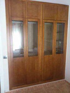 Armario de puertas abatibles barnizado en miel