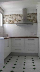 Cocina blanca con encimera de madera