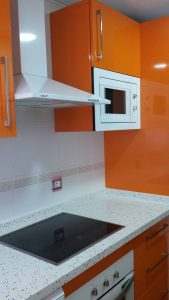 Cocina en formica color naranja
