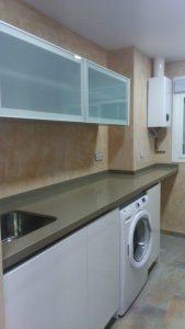 Muebles de cocina con armario y vitrina